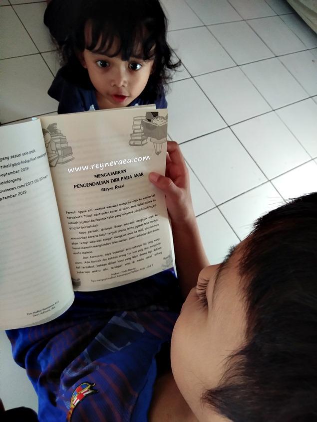 M Darrell K membaca buku antologi kedua Reyne Raea