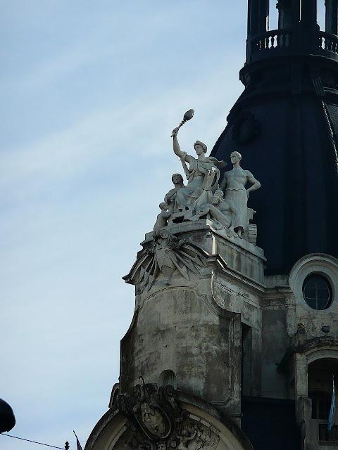 Detalle en lo alto de Esculturas en edificio