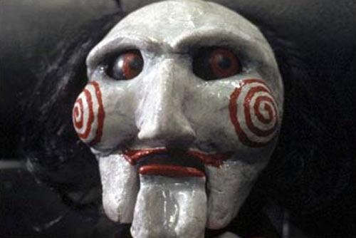 La marionnette de John Kramer dans Saw, premier volet de la franchise de James Wan et Leigh Whannell (2004)