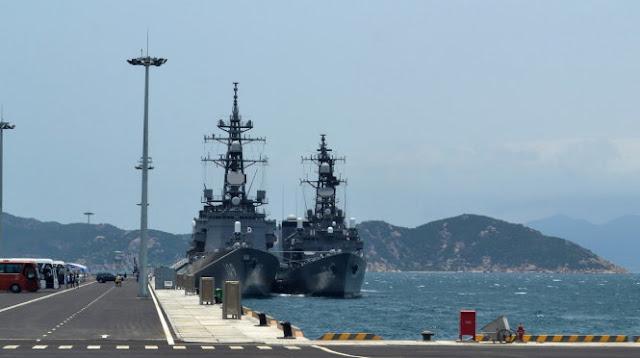 Hai tàu hộ vệ của Nhật Bản cập cảng quốc tế Cam Ranh trưa 12-4, bên trái là tàu JS Ariake, bên phải là tàu JS Setogiri