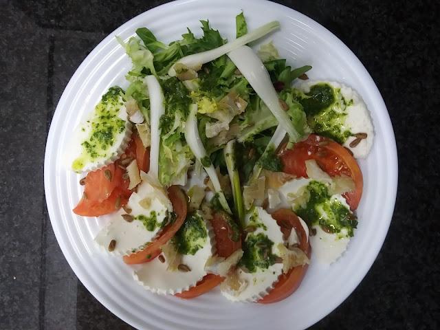 Ensalada de tomate rosa con queso fresco, bacalao y pipas