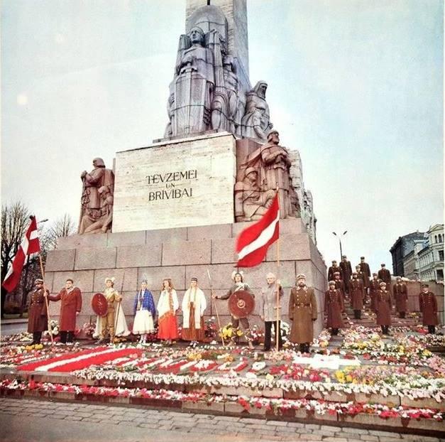 Рига. Возле монумента Свободы на улице Ленина