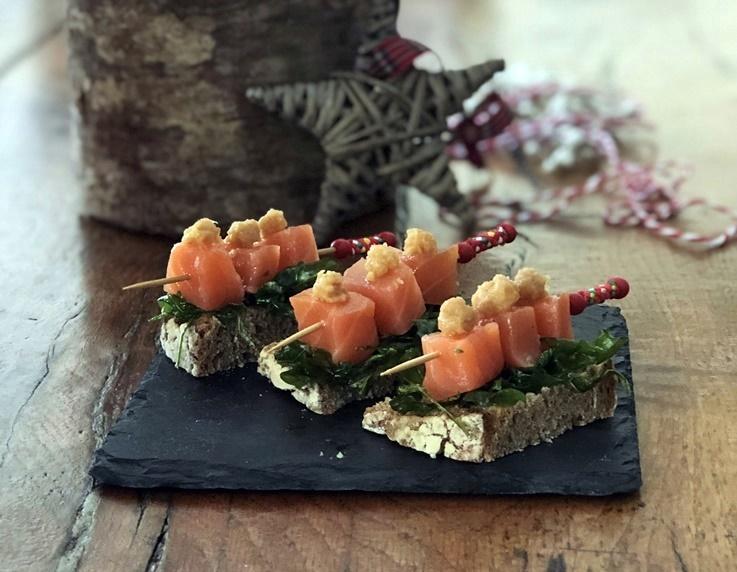 Aperitivo de salmón ahumado con rúcula crujiente