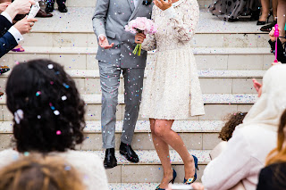 Foto de pareja de novios saliendo de la ceremonia