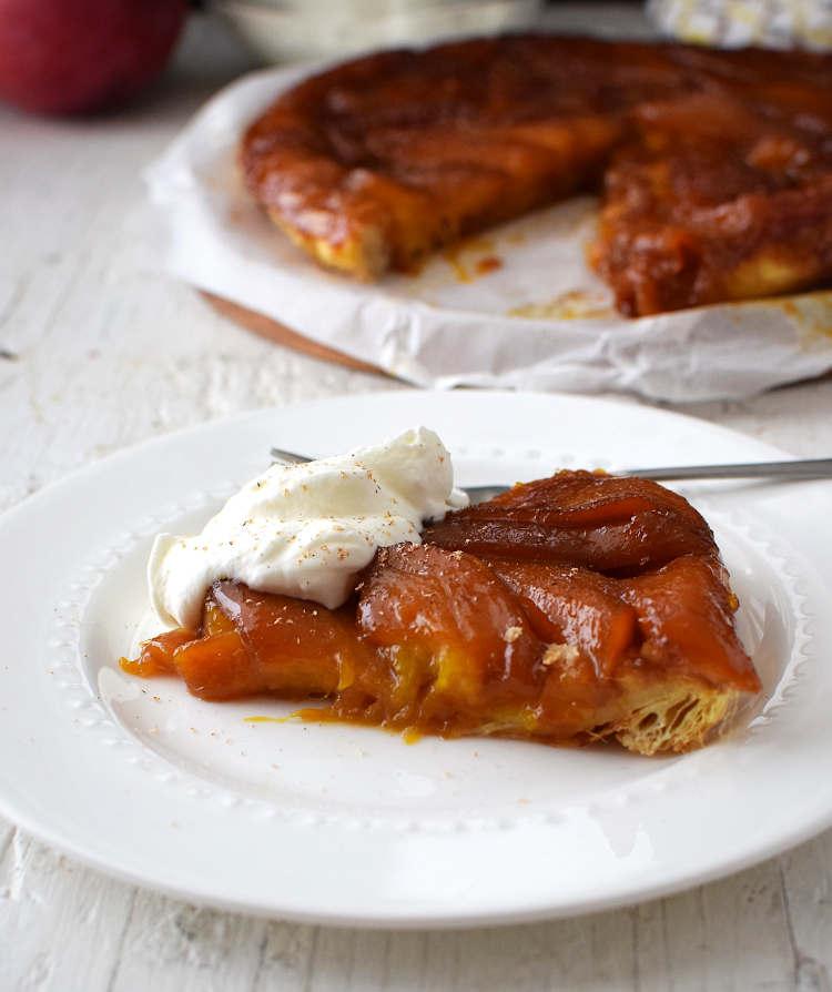 Tarta Tatin con hojaldre y mango, servida con crema batida