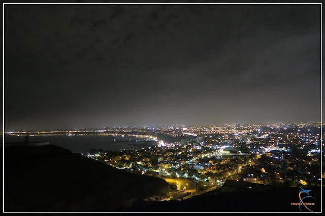 Vista noturna de Lima do alto do cerro do Cristo Blanco. em Lima