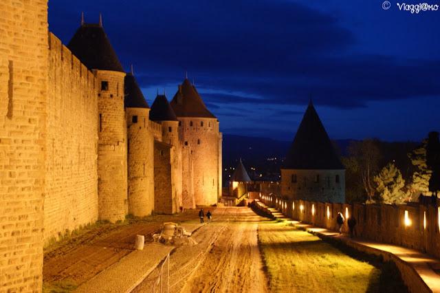 Splendido panorama notturno sulle mura della cittadella