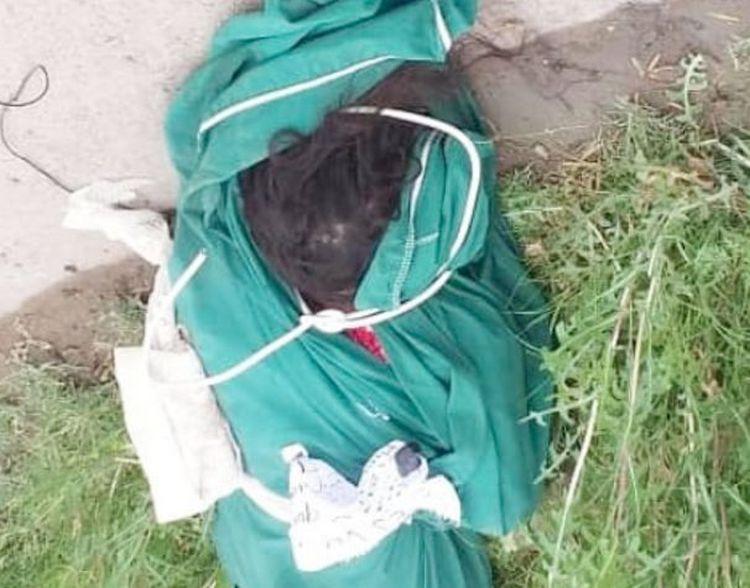 """Sicarios dejan torturada y """"encobijada"""" a una mujer con narcomensaje clavado en Piedras Negras, Coahuila"""