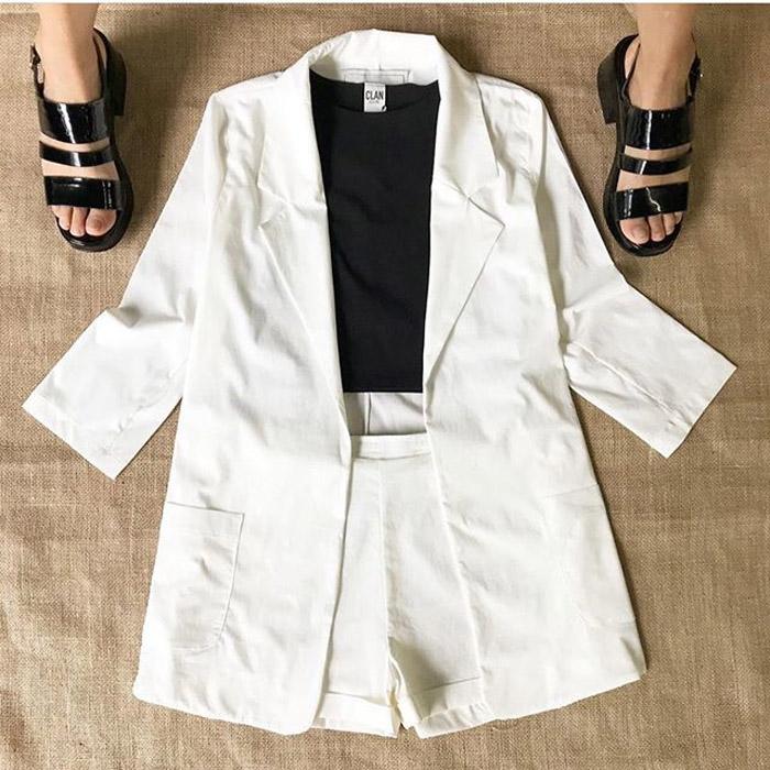 Blazer blanco y short con remera negra moda mujer verano 2020.