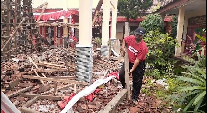 Plt Bupati Kunjungi  Bangunan Ambruk Pendopo Kelurahan Sumbersari di Sela Kunjungan Dari Kecamatan Patrang