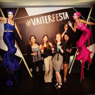 Atração de Humor e Circo Perna de Pau Mystère interagindo com convidados do evento de premiação do Grupo Lócitanne em São Paulo.