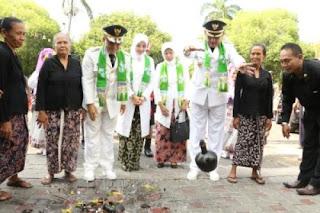 Bupati Anas disambut dengan tradisi pecah kendi.