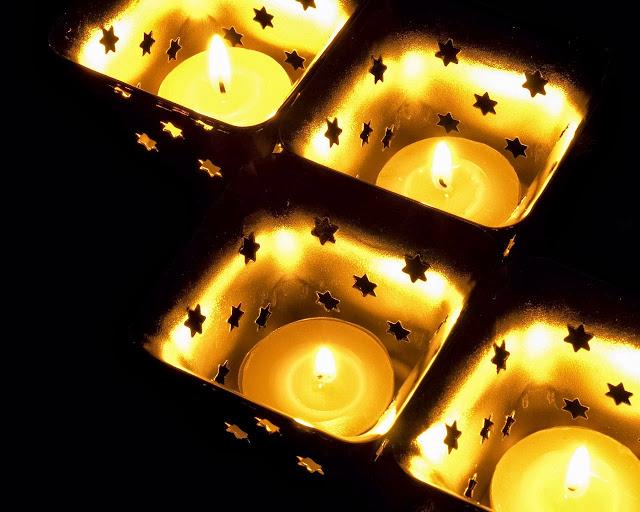 Waxinelichthouders met brandende kaarsjes