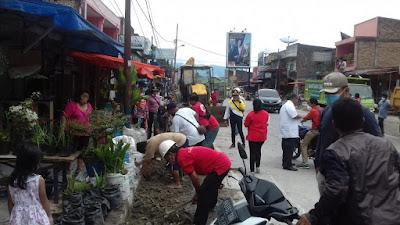 Warga Parapat Gotong Royong Bersihkan Parit dan Material Bekas Proyek