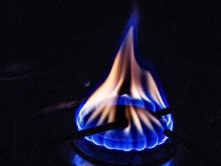 penyebab-api-kompor-gas-merah.jpg