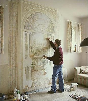 Proceso de pintar una obra de arte en la pared