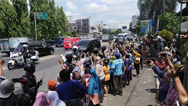 Jokowi Kembali Bagi-bagi Sembako Saat Berkunjung ke Solo