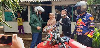 Rombongan Cokker dan DPRD Propinsi Jatim  Bersama Pelawak Syukur Cs Salurkan Beras dan Uang Tunai