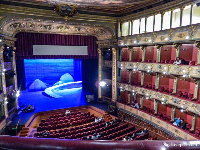 Palco do Teatro Colón de Bogotá visto de um camarote