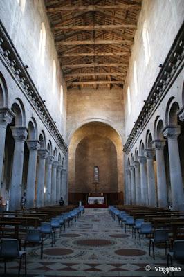 Gli interni della Cattedrale di San Lorenzo a Viterbo