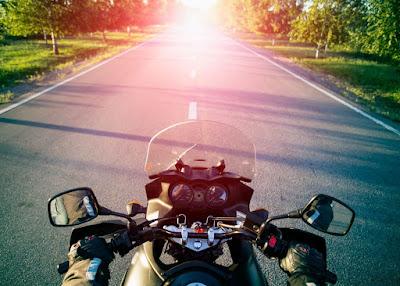 Οδήγηση Μοτοσυκλέτας: Μείνετε Δροσεροί Στον Καύσωνα!