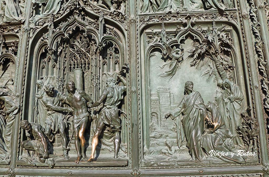 Detalle de las puertas de la Catedral de Milan
