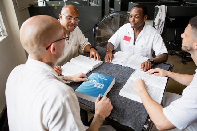 100 mil Bíblias são distribuídas a presos nos EUA durante a pandemia COVID-19: 'Inspirada em Deus'