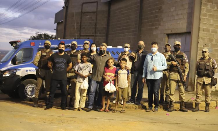 Polícia Militar doa cobertores e cestas básicas em Vitória da Conquista