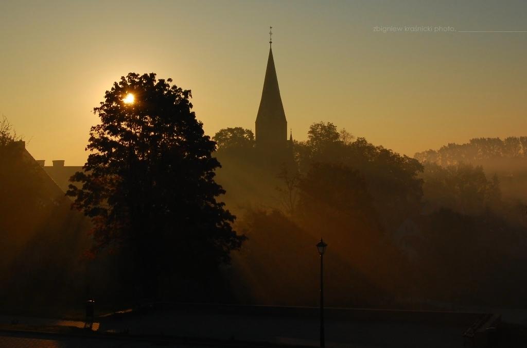 Gietrzwałd, słońce wstaje nad sanktuarium maryjnym