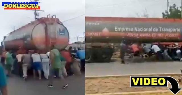 Solo en Venezuela | Gandola de combustible se queda sin combustible y la empujan