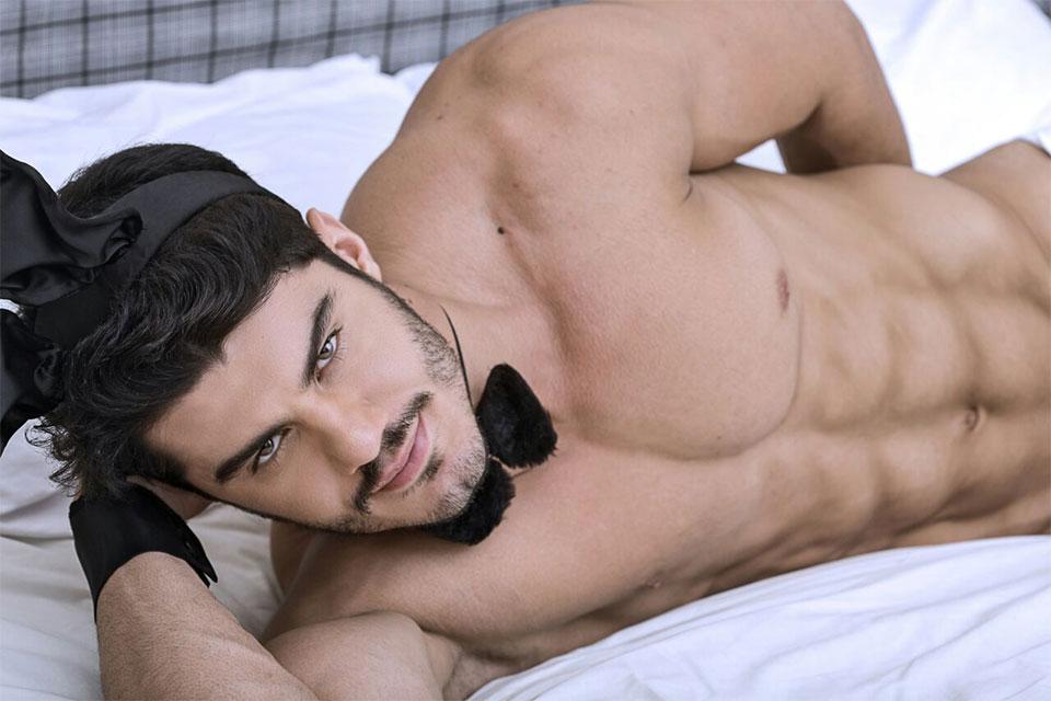 Mariano Jr., o Mister Brasil 2015, posa de coelhinho da Páscoa para ensaio sensual. Foto: Ronaldo Gutierrez