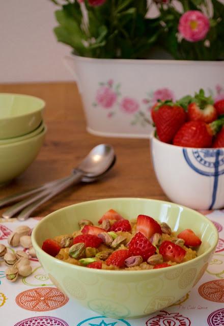 gachas-de-avena-con-fresas-y-pistachos