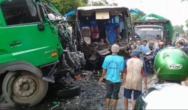 Kecelakaan bus rombongan bidan dan truk trailer