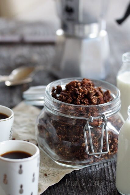 """alt=""""granola au chocolat dans un bocal en verre, 2 petites tasses de café et du lait dans une bouteille"""""""