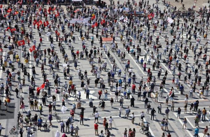 """""""Salviamo la Lombardia"""", proteste in piazza a Milano"""