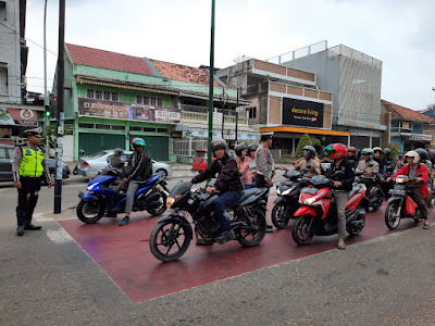 Satlantas Polresta Jambi Laksanakan Kegiatan Safety Riding Kepada Pengendara Di Trafight Light Simpang Empat Jelutung