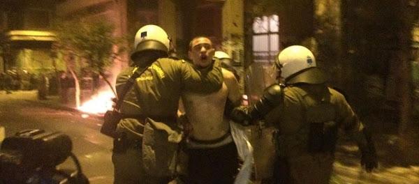 Δυνάμεις ασφαλείας έριξαν κάτω βίαια νεαρό για να του κόψουν πρόστιμο επειδή κάθονταν σε πλατεία! (βίντεο)