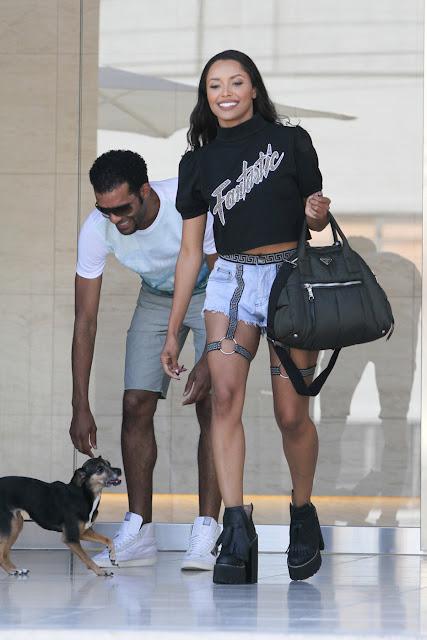 Kat Graham e suas pernas fantásticas em t-shir