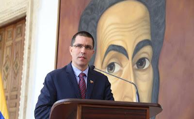"""El canciller de la República, Jorge Arreaza, leyó este sábado un comunicado donde rechaza las declaraciones del presidente de Estados Unidos, Donald Trump. A las cuales tildó como violatorías del Derecho Internacional.  Del mismo modo, dijo que después de estas amenazas, """"más que nunca toma pertinencia la convocatoria que hizo Nicolás Maduro para que los jefes de Estados de américa se reúnan y discutan estos temas de seguridad y defensa"""""""