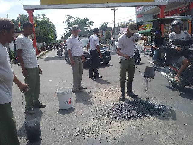 jalan Berlobang di jalan Sutomo sedang diperbaiki