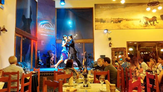 Restaurante El Quincho del Tío Querido com um pequeno, porém ótimo show de tango.