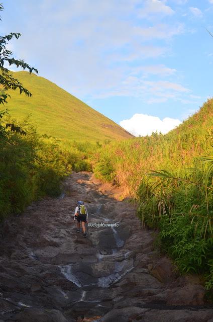 Jalur pendakian Gunung Lokon, Sungai Pasapahen bekas aliran lahar dingin ©JelajahSuwanto