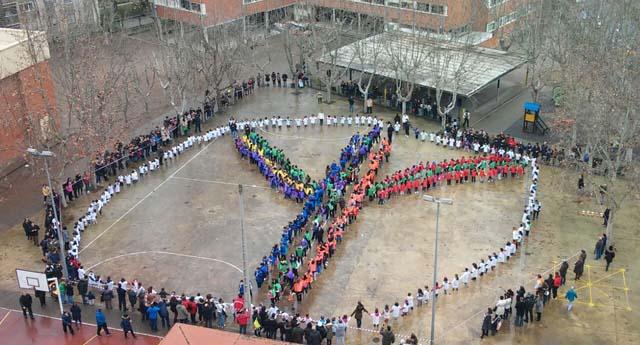 Dia-de-la-paz-y-no-violencia-personas-colores-aire