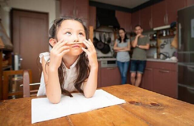 Berikut cara orang tua mengatasi anak malas mengerjakan PR yang diberikan guru di sekolah agar diselesaikan di rumah.