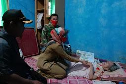 Babinsa Tebas Kuala Kawal Penyaluran BLT Tahap III ke 12 Keluarga Penerima