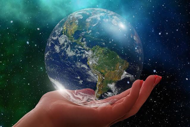 La Terra in una mano