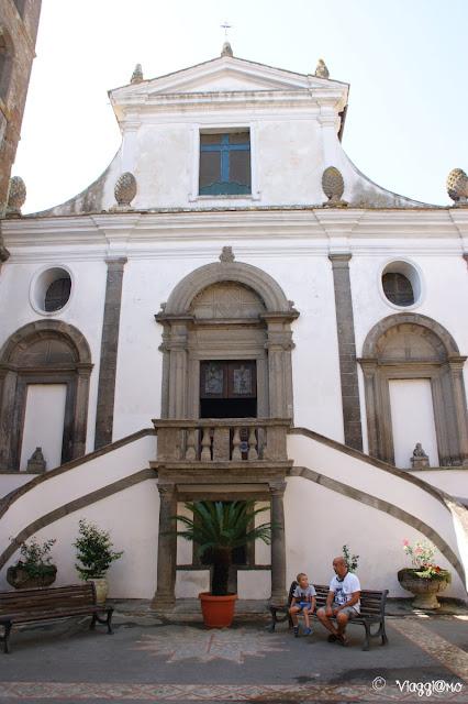 La facciata del Duomo di Bomarzo con la scala