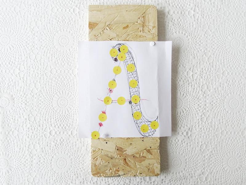DIY-Lampe aus einem OSB-Holzbrett, einer LED-Lichterkette und mit Handlettering verziert | www.mammilade.blogspot.de | Pfingstrosen und Eukalyptus