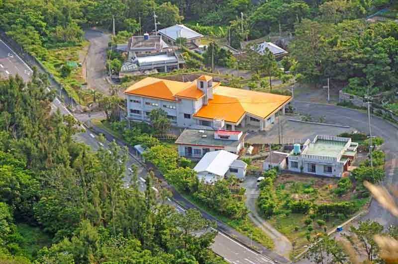 travel,mountaintop,orange-roofed building,climbing