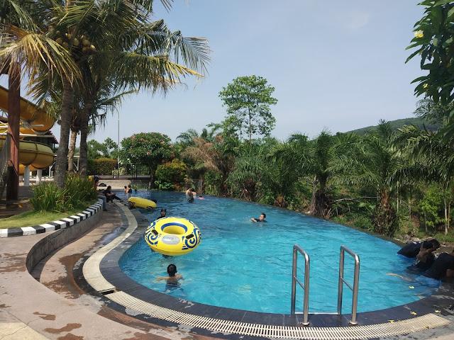 milih kolam renang hotel